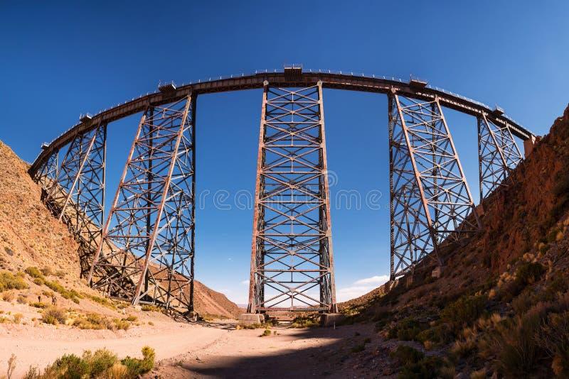 Viadukt av Polvorilla i San Antonio de Los Cobres arkivbilder