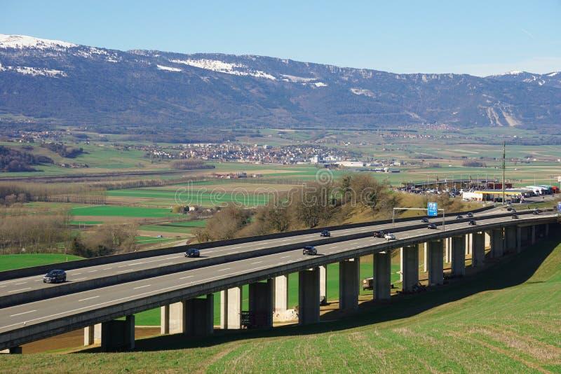Viadukt in den Schweizer Alpen stockfoto