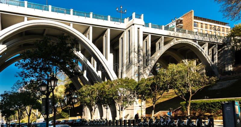 Viadukt in der Bailen-Straße, über der Segovia-Straße, gelegen in Madrid, Spanien stockbilder