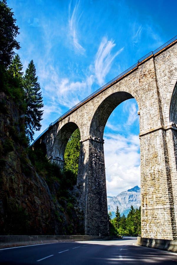 Viadukt som passerar över den vita huvudvägen från Mont Blanc fotografering för bildbyråer