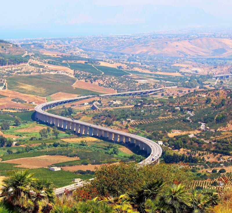 Viaduto da estrada no campo de Sicília fotos de stock