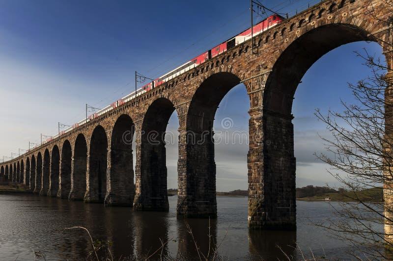 Viaduto da pedra do cruzamento do trem sobre o rio foto de stock royalty free