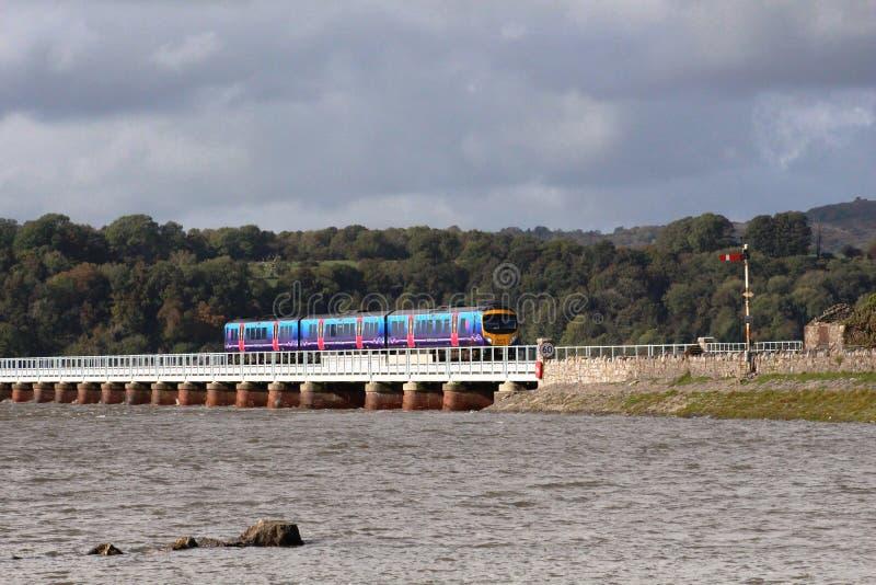 Viaduto de Arnside do trem de passageiros na maré alta foto de stock