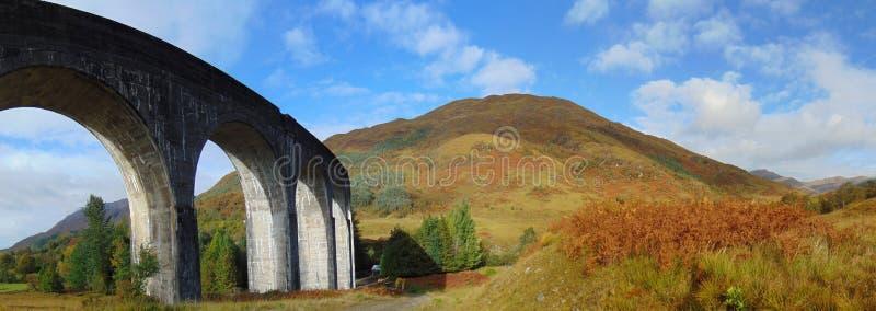 Viaduto de Glenfinnan e uma montanha foto de stock royalty free