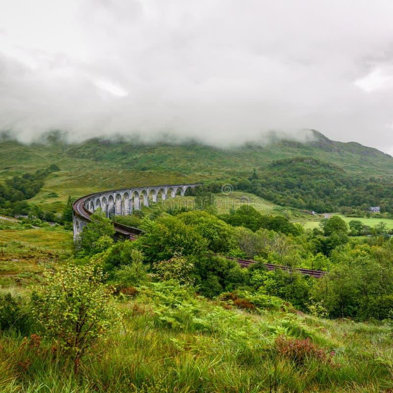 Viaduto de Glenfinnan em Escócia no dia nublado fotos de stock