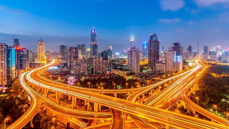 Viaduto de Shanghai na noite imagem de stock