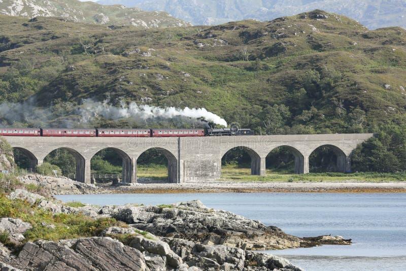 Viaduto do umbh de nan do Loch do cruzamento do trem do vapor de Jacobite, Escócia, Reino Unido imagens de stock