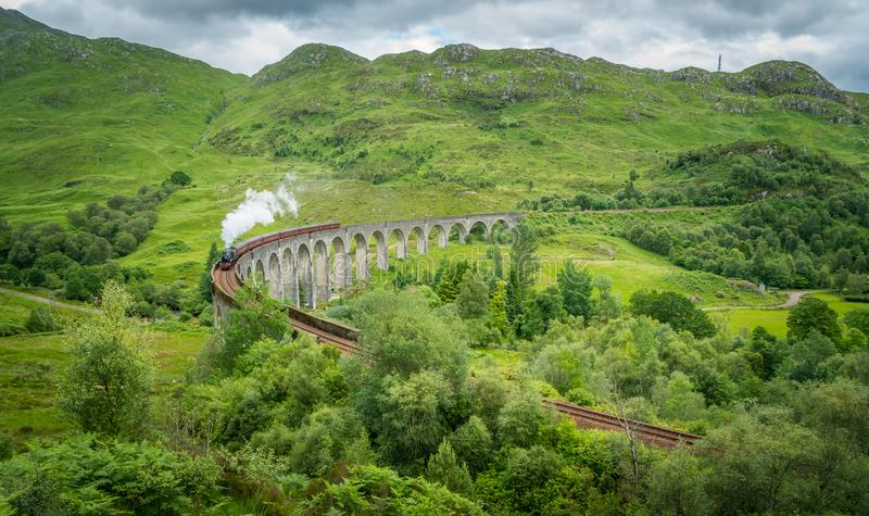 Viaduto Railway de Glenfinnan com o vapor de Jacobite, na área de Lochaber das montanhas de Escócia foto de stock royalty free