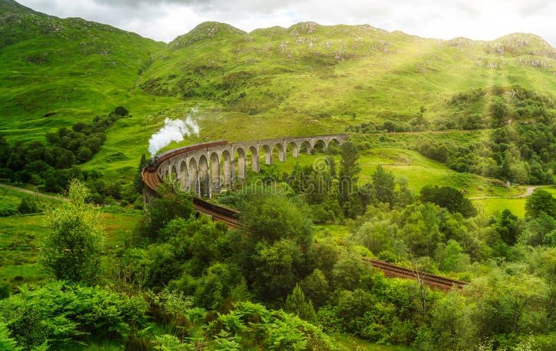 Viaduto Railway de Glenfinnan com o vapor de Jacobite, na área de Lochaber das montanhas de Escócia imagem de stock