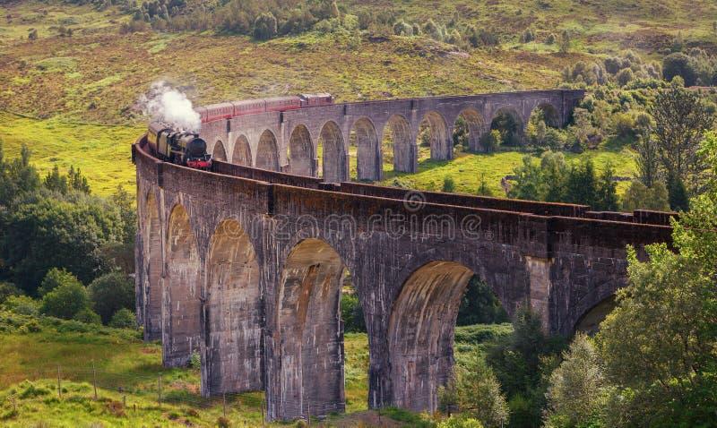 Viaduto railway de Glenfinnan em Escócia com o vapor t de Jacobite imagem de stock royalty free