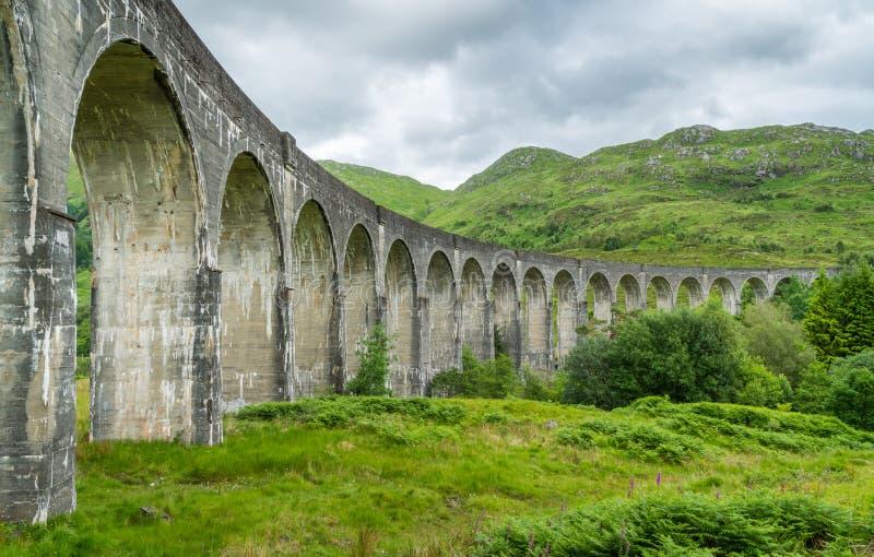 Viaduto Railway de Glenfinnan, na área de Lochaber das montanhas de Escócia fotografia de stock