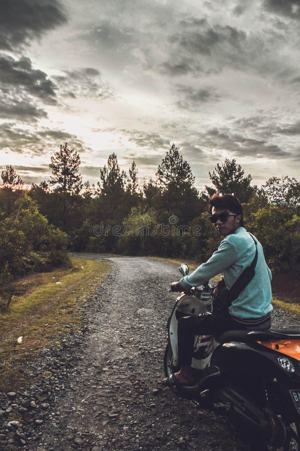 A viagem à floresta com um velomotor imagem de stock royalty free