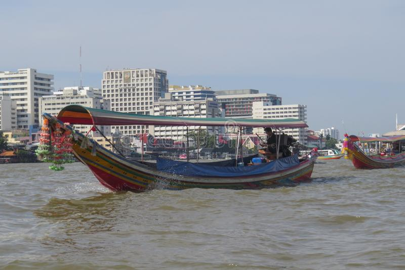 Viagem ao longo de Chao Phraya River e de seus canais em um barco de turista da longo-pedra saliente fotos de stock royalty free