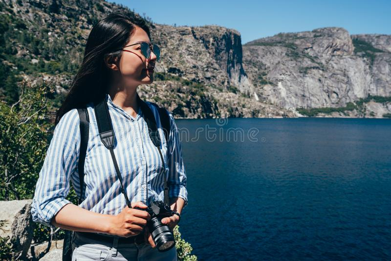 Viagem asiática da excursão da senhora no reservatório hetchy do hetch fotografia de stock royalty free