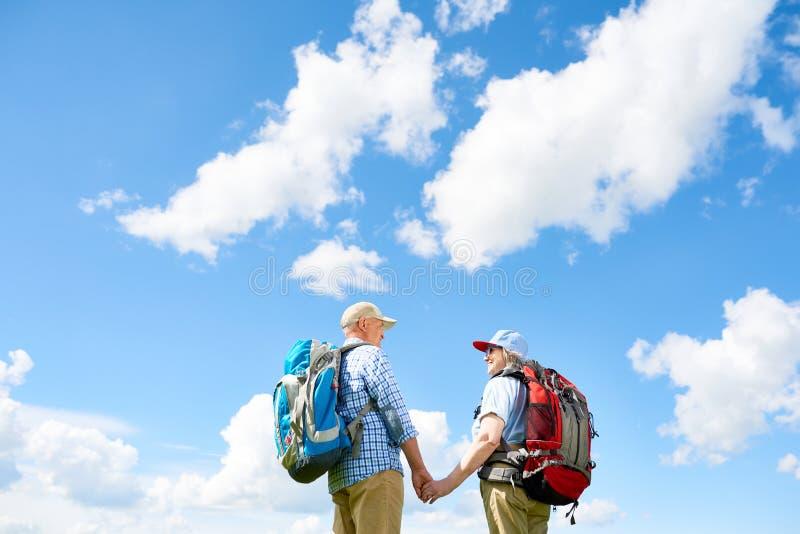 Viagem ativa de amar pares aposentados imagens de stock