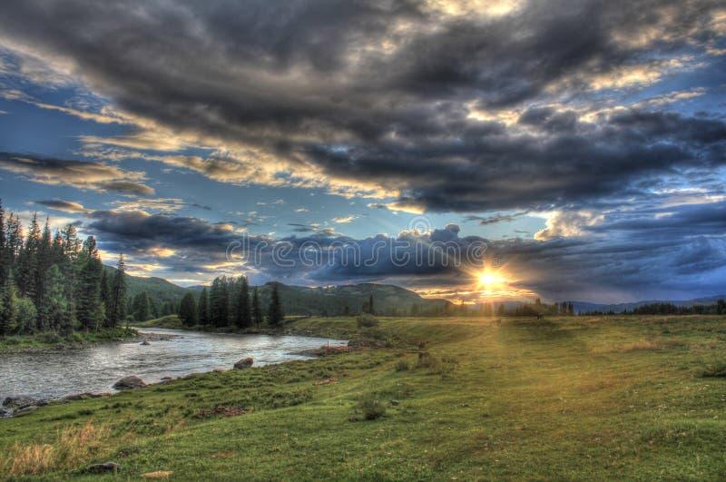 Viagem através da natureza selvagem do Altai Por do sol no vale do rio Bashkaus da montanha imagem de stock