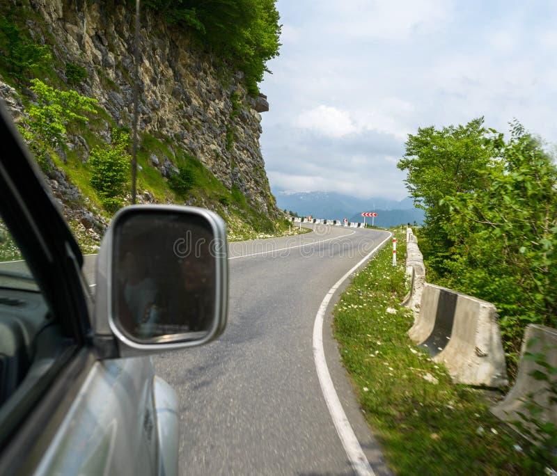 Viagem bonita pelo carro no monte fotos de stock