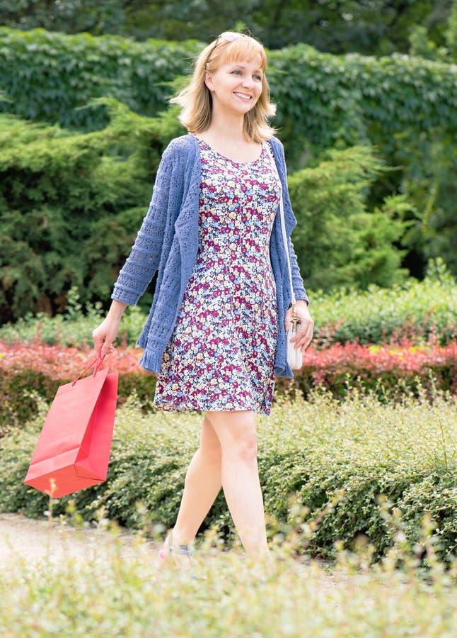 Viagem da compra da jovem mulher fotografia de stock