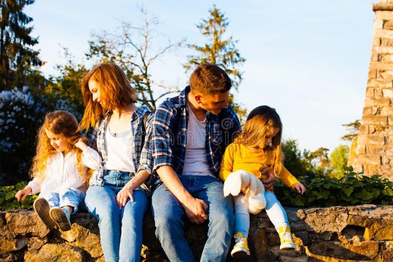 A viagem da família está vindo a uma extremidade imagens de stock