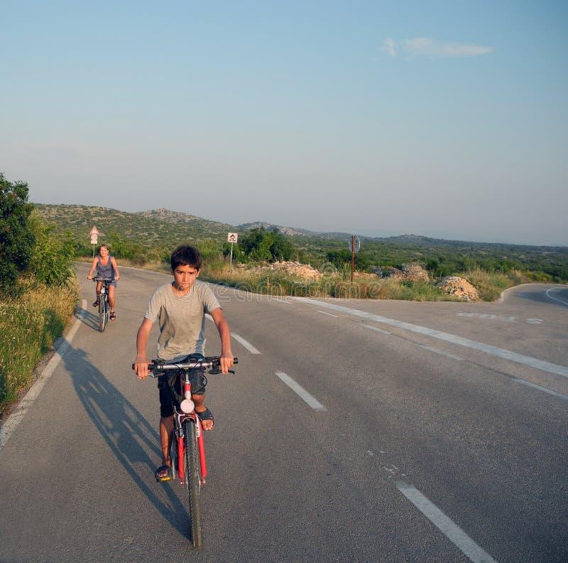 Viagem da família por bicicletas foto de stock