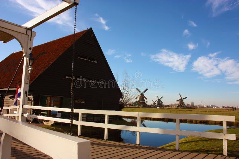 Viagem da mola a Zaanse Schans Os canais calmos, rios tranquilos fluem entre os montes Os moinhos de vento holandeses est?o como  fotografia de stock royalty free