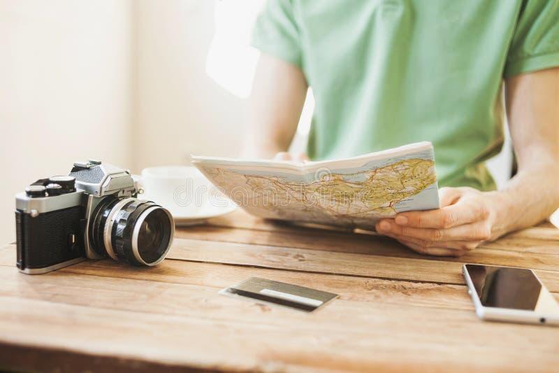 Viagem das férias do planeamento do homem novo com mapa do curso fotos de stock royalty free