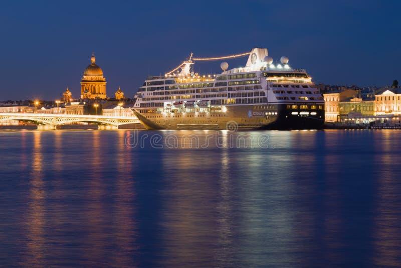 Viagem de cinco estrelas de Azamara do navio de cruzeiros no cenário da noite St Petersburg imagem de stock royalty free