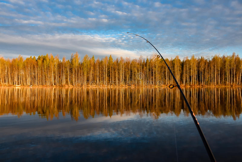 Viagem de pesca a Tuusjärvi O lago calmo, árvores é espelhado do wa imagens de stock