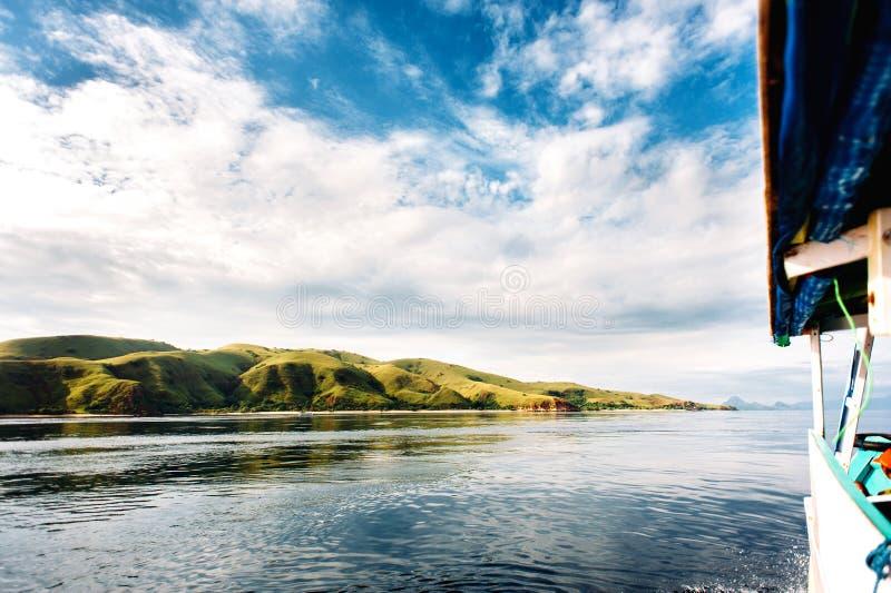 Viagem do barco às ilhas do parque nacional de Komodo em Nusa do leste Tenggara, Indonésia imagem de stock royalty free