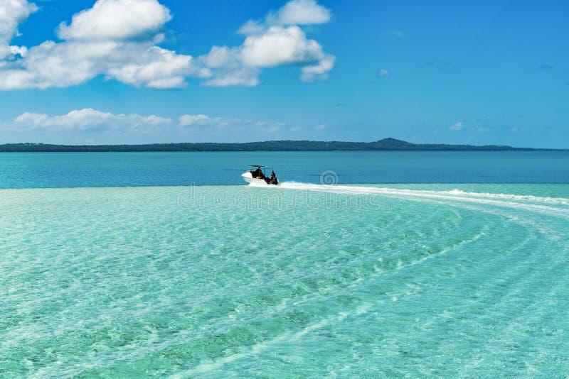 Viagem do barco através da água do espaço livre de turquesa, céu azul profundo, ilha do Pacífico imagem de stock royalty free