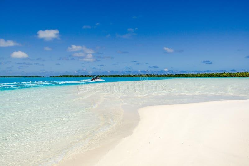 Viagem do barco com o paraíso do oceano de South Pacific, água clara de turquesa, praia branca, Aitutaki fotos de stock