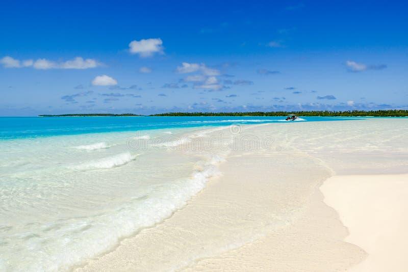 Viagem do barco com o paraíso do oceano de South Pacific, água clara de turquesa, praia branca, Aitutaki foto de stock