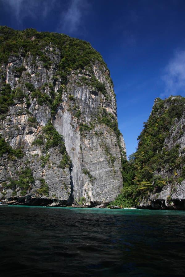 Viagem do barco em torno dos penhascos ásperos íngremes impressionantes da ilha tropical Ko Phi Phi, Tailândia fotos de stock