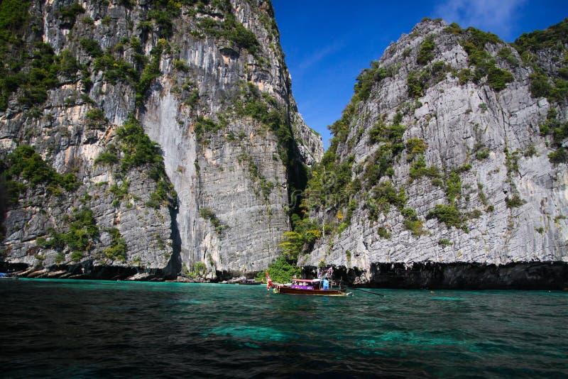 Viagem do barco em torno dos penhascos ásperos íngremes impressionantes da ilha tropical Ko Phi Phi, Tailândia imagens de stock