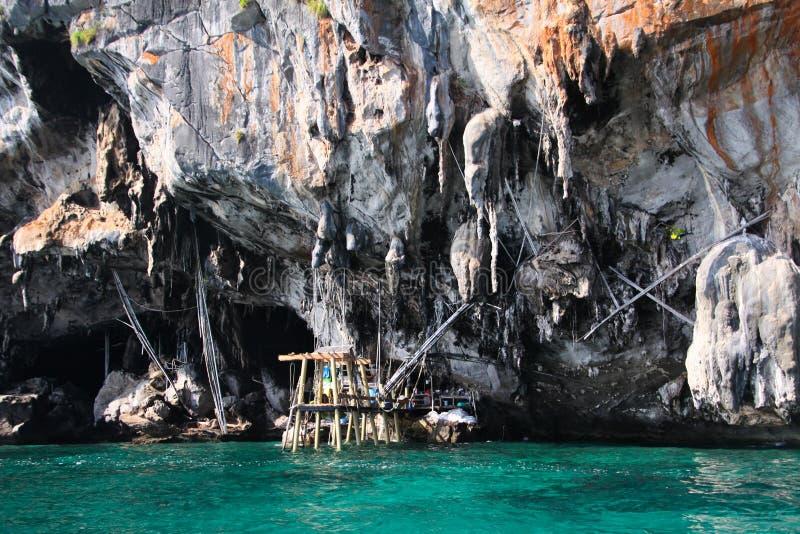 Viagem do barco em torno dos penhascos ásperos íngremes impressionantes da ilha tropical Ko Phi Phi, Tailândia imagem de stock