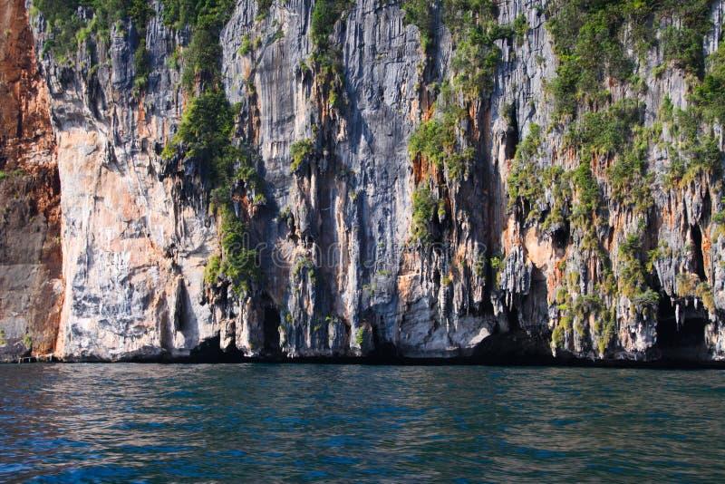 Viagem do barco em torno dos penhascos íngremes impressionantes da ilha tropical Ko Phi Phi, Tailândia fotografia de stock