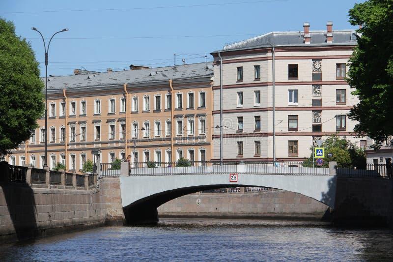 Viagem do barco na terraplenagem do granito da água do canal Griboyedov foto de stock