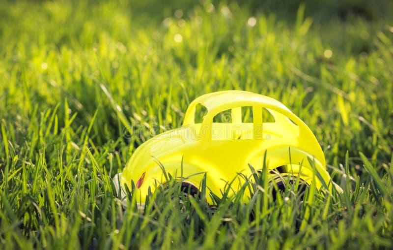 Viagem do carro em umas férias de verão Carro do brinquedo imagem de stock
