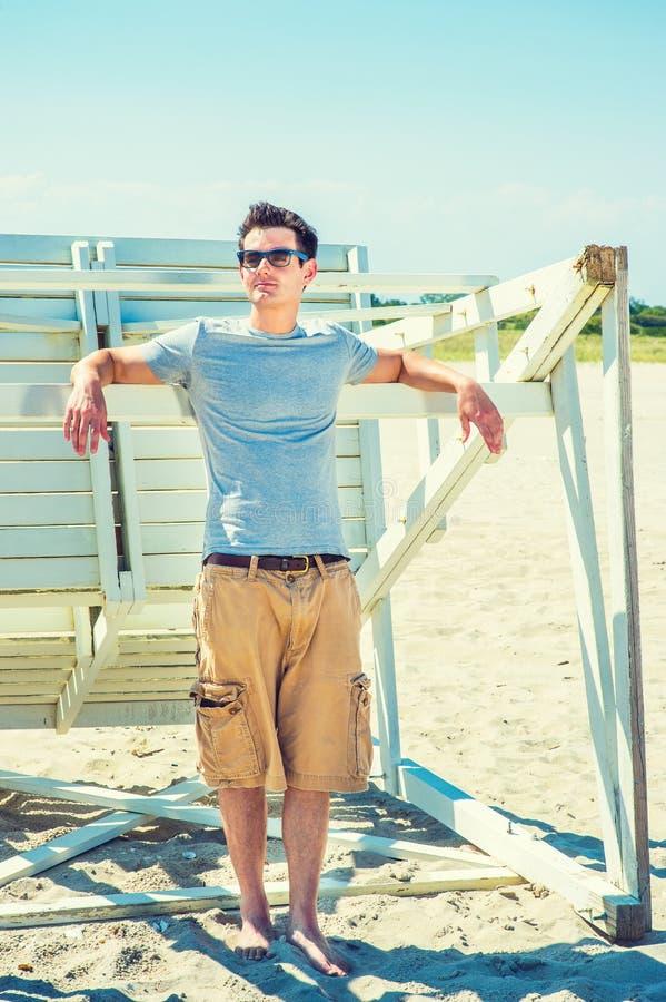 Viagem do homem novo, relaxando na praia em New-jersey, EUA imagem de stock royalty free
