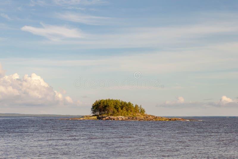 Viagem do mar pelo barco de motor à ilha rochosa de Kiy pelo mar branco cidade de Rússia, Onega, região de Arkhangelsk fotos de stock royalty free