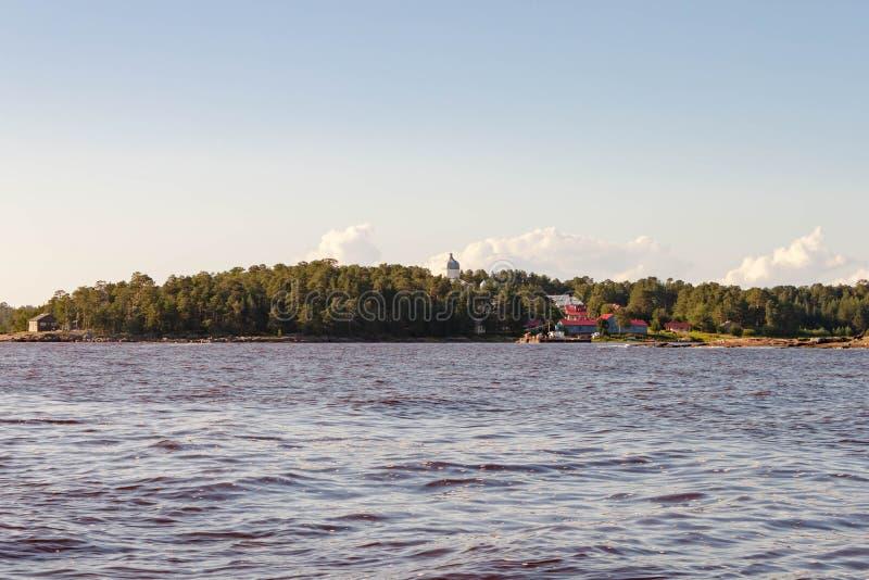 Viagem do mar pelo barco de motor à ilha rochosa de Kiy pelo mar branco cidade de Rússia, Onega, região de Arkhangelsk fotos de stock