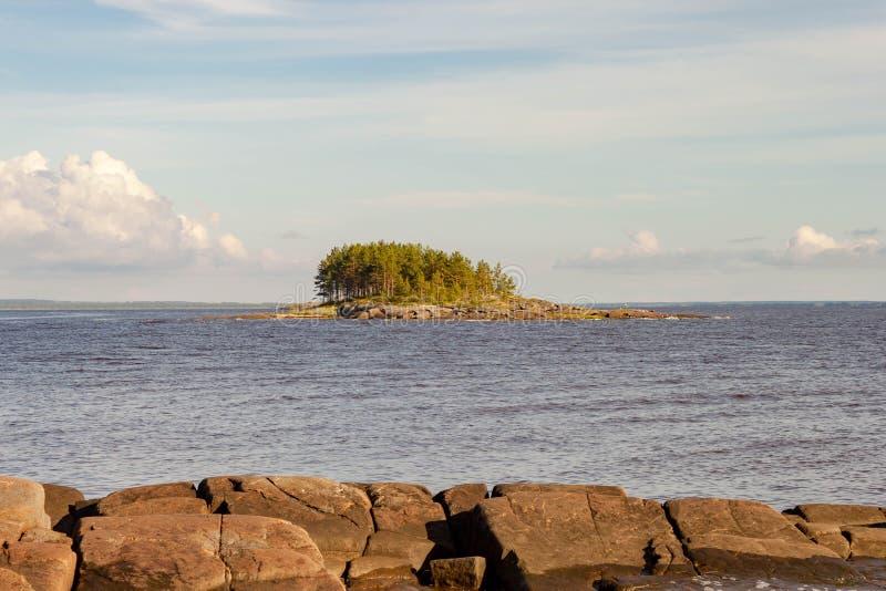 Viagem do mar pelo barco de motor à ilha rochosa de Kiy pelo mar branco cidade de Rússia, Onega, região de Arkhangelsk foto de stock