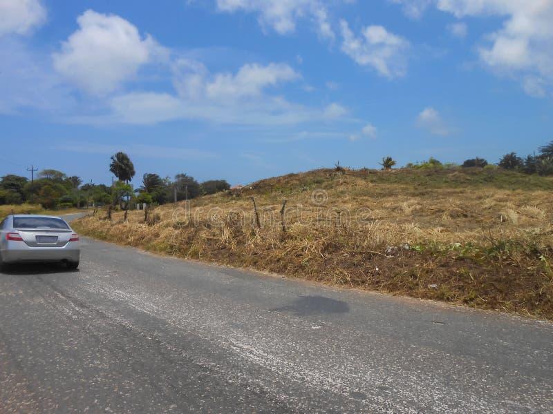 Viagem em uma estrada só em um dia justo imagens de stock