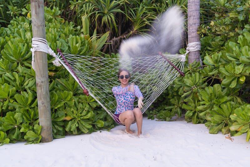 Viagem enjoyful da mulher bonita asiática no berço na lagoa imagens de stock