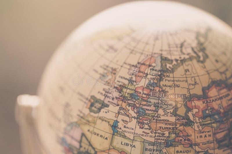 Viagem: Feche acima de um globo imagens de stock