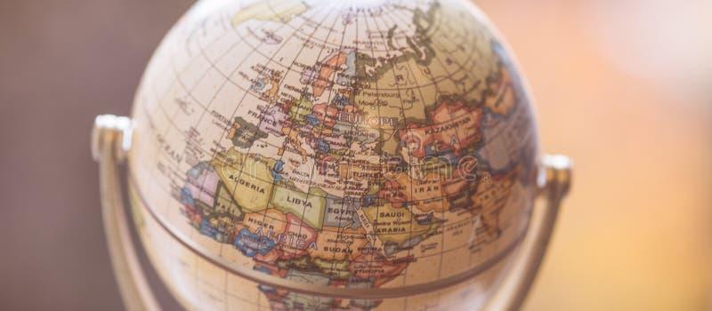 Viagem: Feche acima de um globo imagem de stock