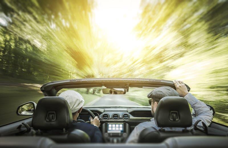 Viagem por estrada alegre do verão dos pares fotos de stock