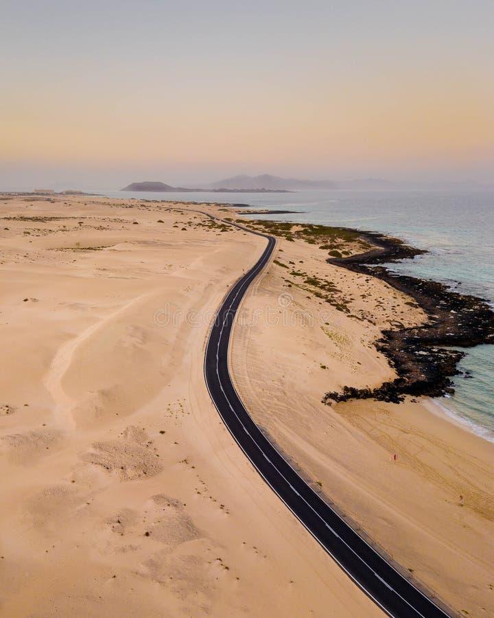 Viagem por estrada ao longo da costa a estrada Corralejo Fuerteventura imagem de stock royalty free