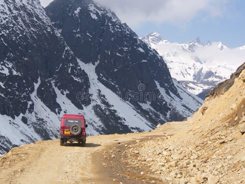 Viagem por estrada ao vale de Yumthang, ÍNDIA de Sikkim, o 15 de abril de 2013: Y foto de stock