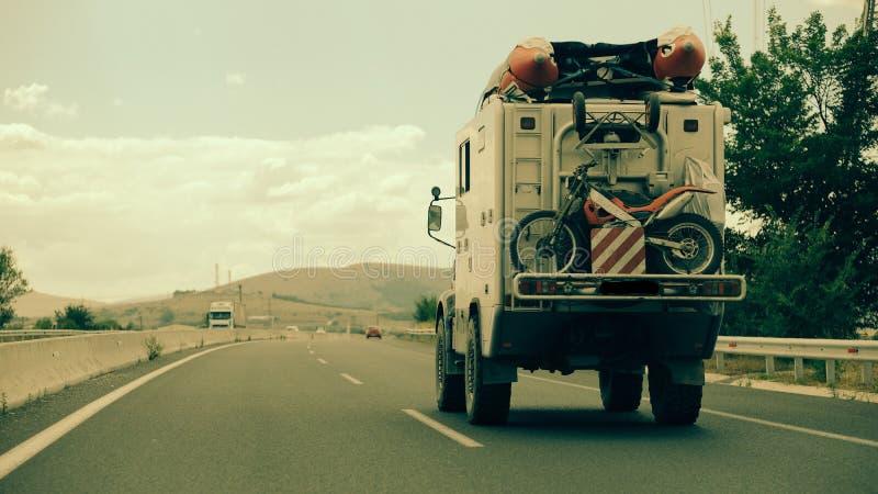 Viagem por estrada através de Grécia com um campista de Unimog! fotografia de stock